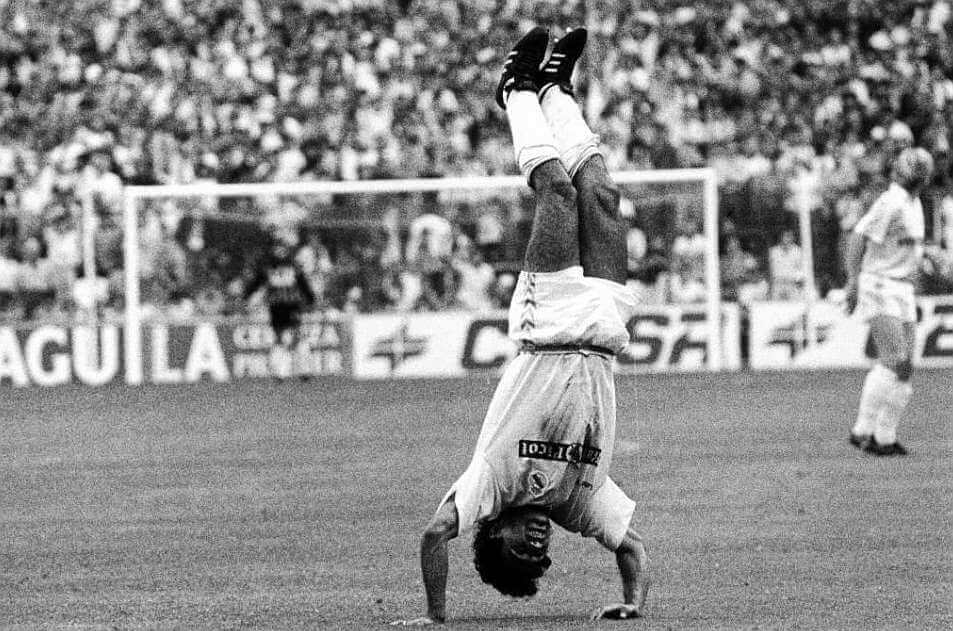 hugo sanchez celebra gol chilena
